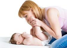 Gelukkige moeder met de zuigeling van de babyjongen stock foto