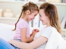 Gelukkige moeder met dochter Stock Afbeelding