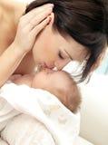 Gelukkige moeder met een baby Stock Afbeeldingen