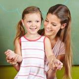 Gelukkige moeder met glimlachende dochter royalty-vrije stock afbeelding