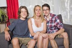 Gelukkige moeder met haar kinderen thuis royalty-vrije stock foto's