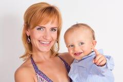 Gelukkige moeder met haar zoon royalty-vrije stock afbeeldingen