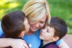 Gelukkige moeder met jonge geitjes Royalty-vrije Stock Afbeeldingen