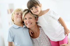 Gelukkige moeder met kinderen het glimlachen royalty-vrije stock afbeeldingen