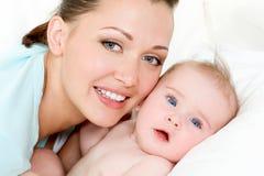 Gelukkige moeder met leuke pasgeboren baby Royalty-vrije Stock Foto's