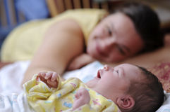 Gelukkige moeder met pasgeboren baby Royalty-vrije Stock Foto