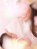 Gelukkige moeder met pasgeboren baby Stock Afbeeldingen