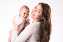 Gelukkige moeder met pasgeboren dochter op handen Royalty-vrije Stock Foto