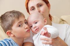 Gelukkige moeder met twee kinderen. Stock Foto