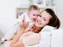 Gelukkige moeder met weinig baby Stock Foto's