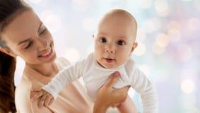 gelukkige moeder met weinig babyjongen royalty-vrije stock fotografie