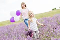 Gelukkige moeder met zijn kleine dochter Stock Fotografie