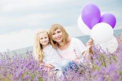 Gelukkige moeder met zijn kleine dochter Royalty-vrije Stock Afbeeldingen