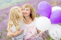 Gelukkige moeder met zijn kleine dochter Royalty-vrije Stock Foto's