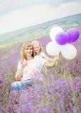 Gelukkige moeder met zijn kleine dochter Stock Afbeeldingen