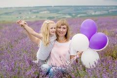 Gelukkige moeder met zijn kleine dochter Royalty-vrije Stock Foto