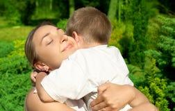 Gelukkige moeder met zoon Stock Afbeeldingen