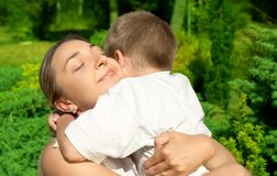 Gelukkige moeder met zoon Stock Foto