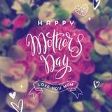 Gelukkige moeder` s dag - Groetkaart De groet van de borstelkalligrafie en hand getrokken harten op een vage bloemenachtergrond Royalty-vrije Stock Afbeelding