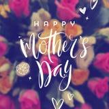Gelukkige moeder` s dag - Groetkaart De groet van de borstelkalligrafie en hand getrokken harten op een vage bloemenachtergrond Stock Foto's