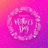 Gelukkige moeder` s dag - Groetkaart met borstelkalligrafie en hand getrokken bloemenkroon Royalty-vrije Stock Afbeeldingen