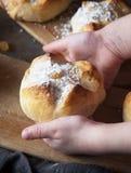 Gelukkige moeder`s dag Het kind houdt een broodje, het ` s een gift voor mamma Stock Fotografie