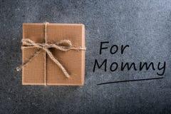 Gelukkige moeder`s dag Het kind wenst mamma geluk en bereidde een gift voor nieuw jaar, Kerstmis, verjaardag of andere vakantie v royalty-vrije stock afbeeldingen
