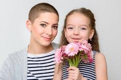 Gelukkige Moeder` s Dag, Vrouwen` s dag of Verjaardagsachtergrond Leuk meisje die mamma, kankeroverlevende, boeket geven van roze stock fotografie