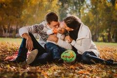 Gelukkige moeder, vader en dochter in het park Stock Afbeeldingen