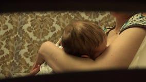 Gelukkige Moederborst die - haar Babyzuigeling voeden 4K UltraHD, UHD stock videobeelden