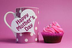 Gelukkige Moederdag cupcake met de roze mok van de stipkoffie Royalty-vrije Stock Foto's