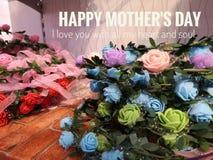 Gelukkige Moederdagwens met kleurrijke bloemenachtergrond stock foto
