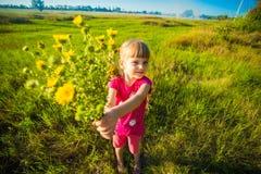 Gelukkige moedersdag! De kinddochter wenst mamma geluk en geeft haar bloemenboeket royalty-vrije stock foto's