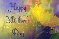 Gelukkige Moedersdag op zachte achtergrond van purpe en gele bloemen die zonnebloem kenmerken Royalty-vrije Stock Foto's