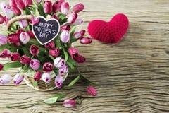 Gelukkige moedersdag van roze en rode tulpenbloemen in houten mand stock foto