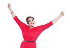 Gelukkige mooi plus groottevrouw in rode kleding met handen op isola stock fotografie