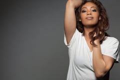 Gelukkige mooie Afrikaanse Amerikaanse vrouw royalty-vrije stock afbeeldingen