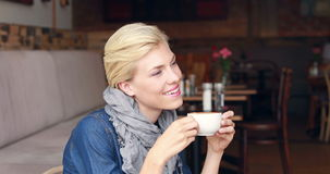 Gelukkige mooie blonde het drinken koffie stock video