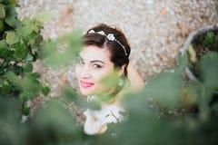 Gelukkige mooie bruid die, aard glimlachen Royalty-vrije Stock Fotografie