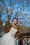 Gelukkige mooie bruid in een sneeuw de winterdag zonnig weer stylish met het huwelijksboeket van pijnboom-boom gemaakte die hand  Royalty-vrije Stock Foto's