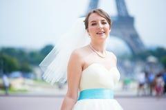 Gelukkige mooie bruid in Parijs Royalty-vrije Stock Fotografie