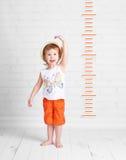 Gelukkige mooie de groeimaatregelen van het babymeisje royalty-vrije stock fotografie
