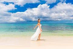 Gelukkige mooie fiancee in witte huwelijkskleding op kustoverzees wed Royalty-vrije Stock Foto