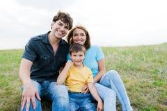 Gelukkige mooie jonge familie die in openlucht stelt Royalty-vrije Stock Fotografie