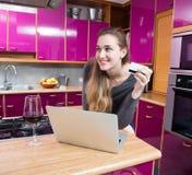 Gelukkige mooie jonge vrouw die, over toekomstige aankoop denken online winkelen die royalty-vrije stock afbeelding