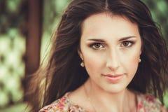 Gelukkige mooie jonge vrouw in het park van de de lentebloesem royalty-vrije stock fotografie