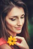 Gelukkige mooie jonge vrouw in het park van de de lentebloesem Royalty-vrije Stock Afbeeldingen