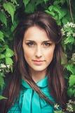Gelukkige mooie jonge vrouw in het park van de de lentebloesem stock foto's
