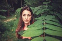 Gelukkige mooie jonge vrouw in het park van de de lentebloesem stock afbeelding