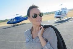 Gelukkige mooie jonggehuwden om in helikopter te gaan Stock Foto's